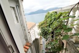 Вид на море. Черногория, Крашичи : Студия с балконом видом на залив, на берег моря