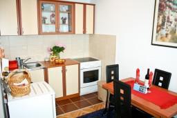 Кухня. Черногория, Игало : Апартамент с отдельной спальней около Блатна плажа