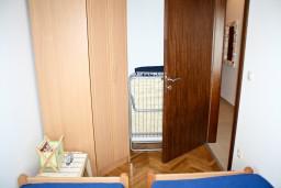 Гардеробная / шкаф. Черногория, Игало : Апартамент с отдельной спальней около Блатна плажа
