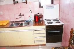 Кухня. Черногория, Мельине : Апартамент для 7 человек с двумя отдельными спальнями, с балконом и видом на море