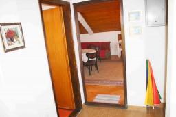 Коридор. Черногория, Мельине : Апартамент для 7 человек с двумя отдельными спальнями, с балконом и видом на море