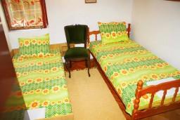 Спальня 2. Черногория, Мельине : Апартамент для 7 человек с двумя отдельными спальнями, с балконом и видом на море