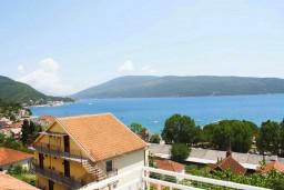 Вид на море. Черногория, Мельине : Апартамент для 7 человек с двумя отдельными спальнями, с балконом и видом на море