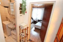 Коридор. Черногория, Игало : Апартамент с отдельной спальней, с террасой