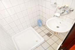 Ванная комната. Черногория, Игало : Большая студия с террасой