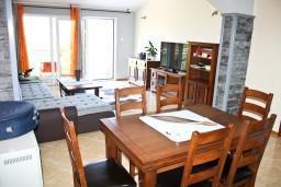 Обеденная зона. Черногория, Герцег-Нови : Апартаментс отдельной спальней, с балконом с шикарным видом на море