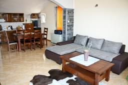 Гостиная. Черногория, Герцег-Нови : Апартаментс отдельной спальней, с балконом с шикарным видом на море