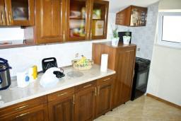 Кухня. Черногория, Герцег-Нови : Апартаментс отдельной спальней, с балконом с шикарным видом на море