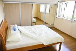 Спальня. Черногория, Герцег-Нови : Апартаментс отдельной спальней, с балконом с шикарным видом на море