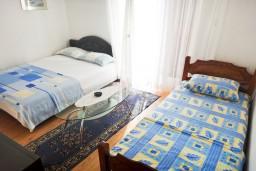 Спальня. Черногория, Игало : Апартамент на 5 человек, 2 отдельных спальни, с террасой