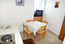 Кухня. Черногория, Игало : Апартамент на 5 человек, 2 отдельных спальни, с террасой