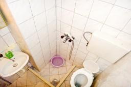Ванная комната. Черногория, Игало : Апартамент на 5 человек, 2 отдельных спальни, с террасой