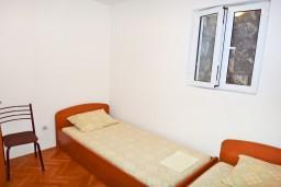 Спальня. Черногория, Будва : Апартамент с отдельной спальней в 200 метрах от моря