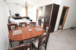 Гостиная. Черногория, Герцег-Нови : Апартамент c отдельной спальней, 2 кухни, 2 ванные комнаты, с террасой на первом этаже