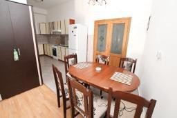 Обеденная зона. Черногория, Герцег-Нови : Апартамент c отдельной спальней, 2 кухни, 2 ванные комнаты, с террасой на первом этаже