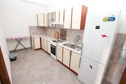 Кухня. Черногория, Герцег-Нови : Апартамент c отдельной спальней, 2 кухни, 2 ванные комнаты, с террасой на первом этаже