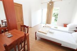 Спальня. Черногория, Герцег-Нови : Апартамент c отдельной спальней, 2 кухни, 2 ванные комнаты, с террасой на первом этаже