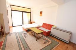 Гостиная. Черногория, Игало : Апартамент с отдельной спальней рядом  с детским пляжем