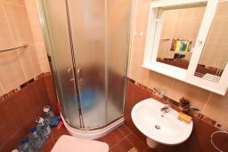 Ванная комната. Черногория, Игало : Апартамент с отдельной спальней рядом  с детским пляжем