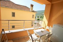 Балкон. Черногория, Игало : Апартамент с отдельной спальней рядом  с детским пляжем