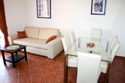 Гостиная. Черногория, Баошичи : Апартамент с отдельной спальней, на вилле с бассейном