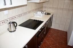 Кухня. Черногория, Баошичи : Апартамент с отдельной спальней, на вилле с бассейном