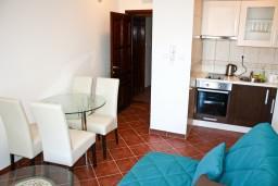 Гостиная. Черногория, Баошичи : Апартамент с отдельной спальней, с балконом с видом на море, на вилле с бассейном