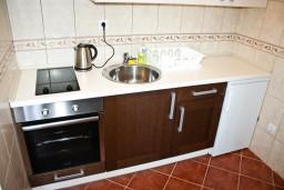 Кухня. Черногория, Баошичи : Апартамент с отдельной спальней, с балконом с видом на море, на вилле с бассейном
