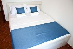 Спальня. Черногория, Баошичи : Апартамент с отдельной спальней, с балконом с видом на море, на вилле с бассейном