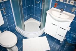 Ванная комната. Черногория, Баошичи : Апартамент с отдельной спальней, с балконом с видом на море, на вилле с бассейном