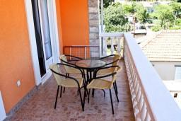 Балкон. Черногория, Баошичи : Апартамент с отдельной спальней, с балконом с видом на море, на вилле с бассейном