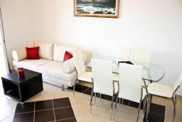 Гостиная. Черногория, Баошичи : Апартамент для 8 человек, 3 спальни, с балконом с видом на море, на вилле с бассейном