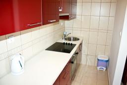 Кухня. Черногория, Баошичи : Апартамент для 8 человек, 3 спальни, с балконом с видом на море, на вилле с бассейном