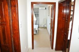Коридор. Черногория, Баошичи : Апартамент для 8 человек, 3 спальни, с балконом с видом на море, на вилле с бассейном