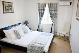 Спальня. Черногория, Баошичи : Апартамент для 8 человек, 3 спальни, с балконом с видом на море, на вилле с бассейном