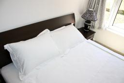 Спальня 2. Черногория, Баошичи : Апартамент для 8 человек, 3 спальни, с балконом с видом на море, на вилле с бассейном
