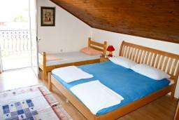 Спальня. Черногория, Баошичи : Комната для 4 человек