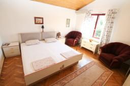Спальня. Черногория, Герцег-Нови : Большой апартамент на 10 человек, с пятью спальнями и огромной террасой с потрясающим видом на море