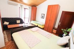Спальня 5. Черногория, Герцег-Нови : Большой апартамент на 10 человек, с пятью спальнями и огромной террасой с потрясающим видом на море