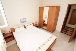 Спальня. Черногория, Петровац : Апартамент с отдельной спальней, с видом на море