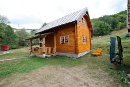 Фасад дома. Черногория, Колашин : Деревянный дом в Колашине с 2-мя спальнями