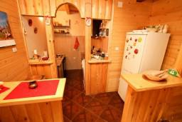 Кухня. Черногория, Колашин : Уютный деревянный дом в Колашине с 3-мя отдельными спальнями, с большой гостиной.