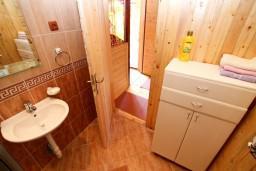 Ванная комната. Черногория, Колашин : Деревянный дом в Колашине с 2-мя отдельными спальнями