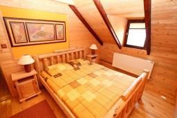 Спальня. Черногория, Колашин : Деревянный дом в Колашине с 2-мя отдельными спальнями