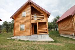 Фасад дома. Черногория, Колашин : Деревянный 2-х этажный дом с отдельной спальней на втором этаже в Колашине