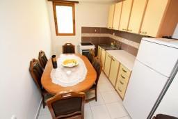 Обеденная зона. Черногория, Колашин : Современный апартамент с большой гостиной и отдельной спальней, Колашин, Черногория.