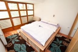 Спальня. Черногория, Колашин : Современный апартамент с большой гостиной и отдельной спальней, Колашин, Черногория.
