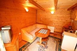Черногория, Колашин : Двухэтажный апартамент в деревянном доме для 3-4 человек, с отдельной спальней на втором этаже, Колашин, Черногория.