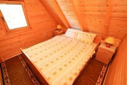 Спальня. Черногория, Колашин : Уютный деревянный дом с отдельной спальней на втором этаже, Колашин, Черногория.