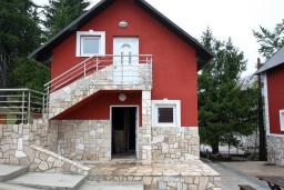 Фасад дома. Черногория, Жабляк : Уютный дом с отдельной спальней, Жабляк, Черногория.